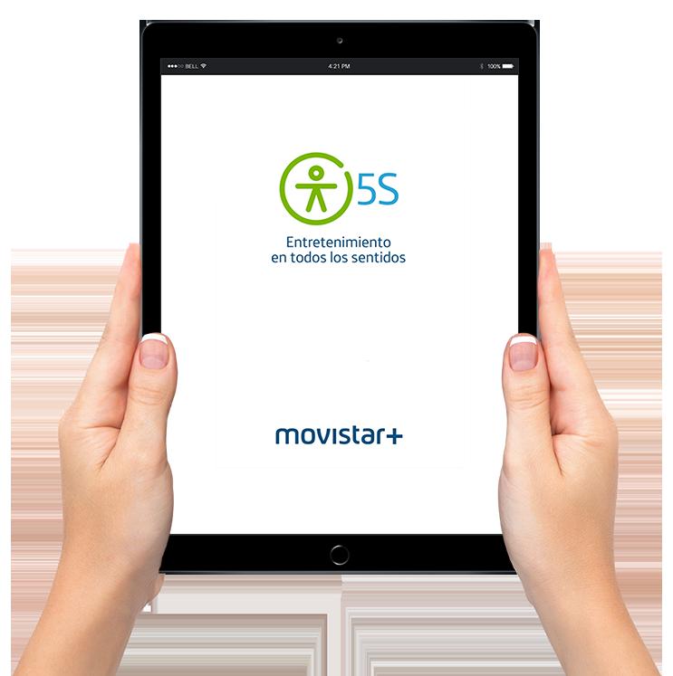 Dos manos sujetando iPad con imagen de la aplicación de Movistar+ 5S